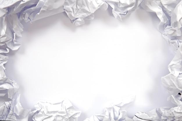 Boules de papier froissées sur fond blanc. espace libre pour le fond