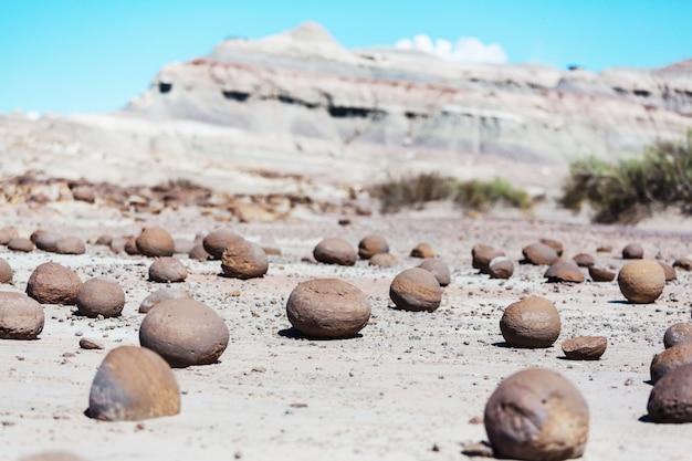 Boules de pierre narural inhabituelles, cancha de bochas, ischigualasto, argentine.