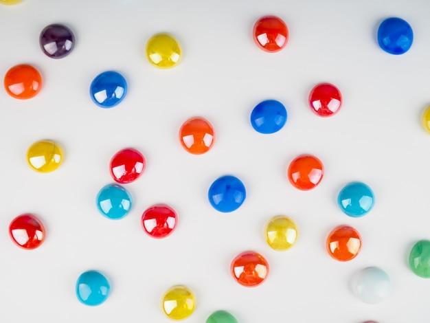 Boules de pierres multicolores brillantes sur fond blanc comme arrière-plan.