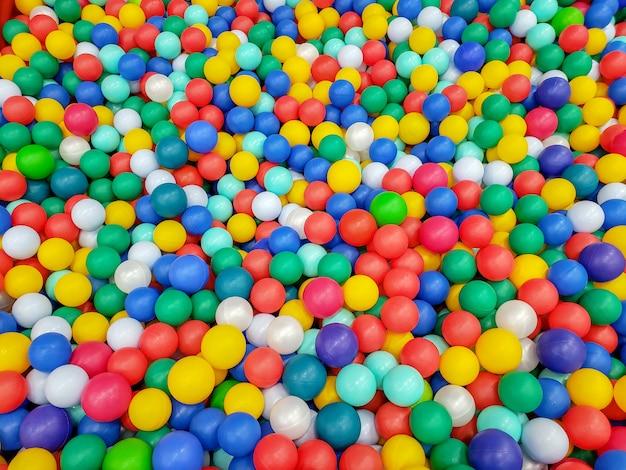 Boules en plastique colorées