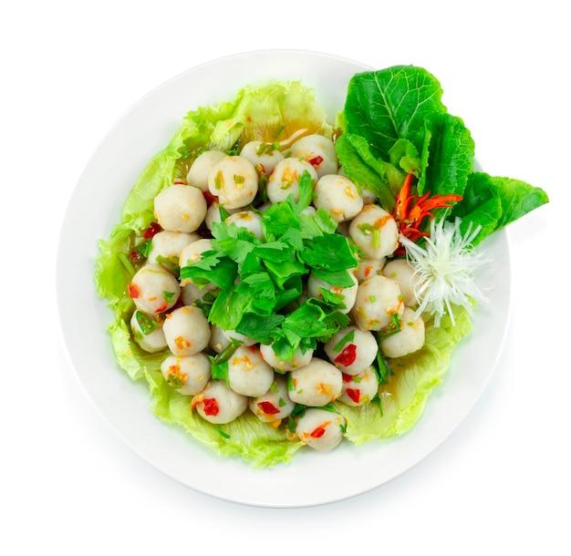 Boules de poisson salade épicée style de cuisine thaïlandaise décorer des légumes sculptés topview