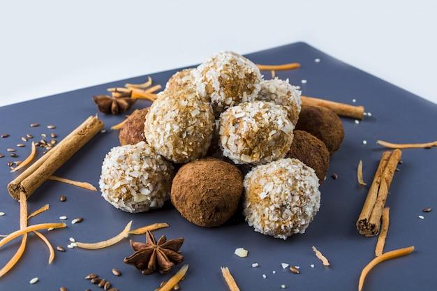 Boules de protéines énergétiques avec carottes, noix, flocons de noix de coco et truffes au chocolat végétaliennes