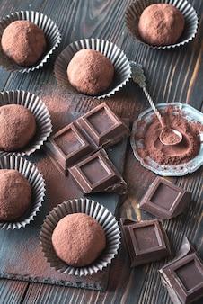 Boules de rhum avec poudre de cacao et tranches de chocolat