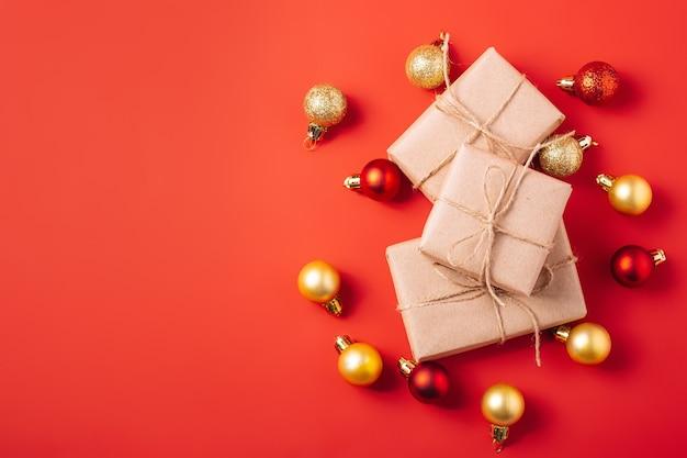 Boules rouges et dorées avec coffret cadeau zéro déchet