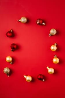 Boules rouges et dorées
