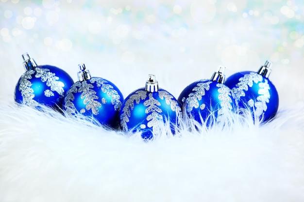 Boules de verre bleu de noël sur fond blanc