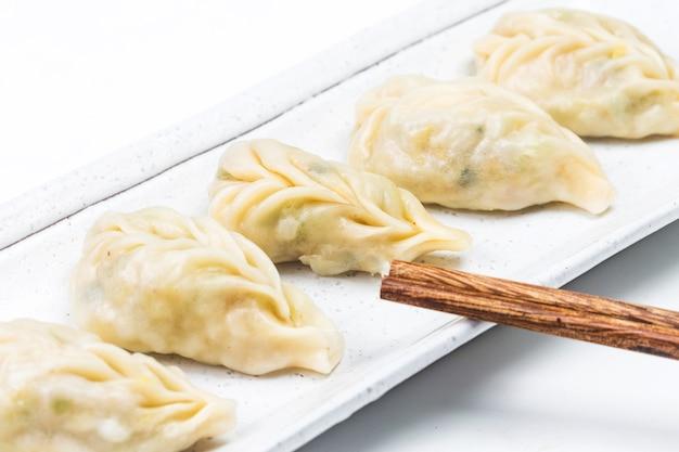 Boulette bouillie fraîche sur la plaque. nourriture chinoise avec des vapeurs chaudes sur le fond.