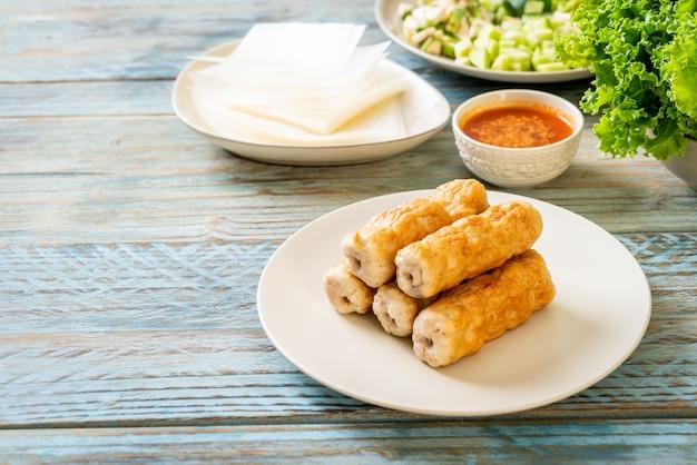 Boulette de porc vietnamienne avec wraps aux légumes (nam-neaung ou nham due), culture alimentaire traditionnelle vietnamienne