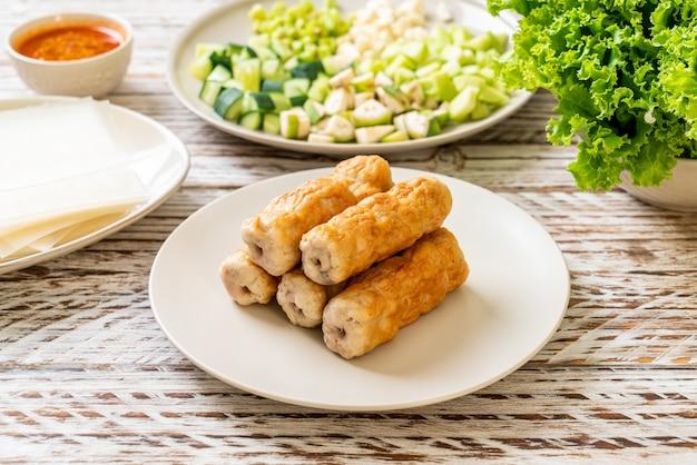 Boulette de porc vietnamienne avec wraps aux légumes (nam-neaung ou nham due) - culture alimentaire traditionnelle vietnamienne