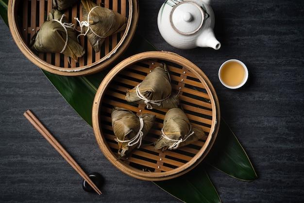 Boulette de riz zongzi vue de dessus pour le festival de bateaux-dragons traditionnels chinois (festival duanwu) sur fond d'ardoise noir foncé.