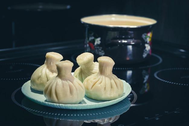 Boulettes asiatiques traditionnelles et pot sur fond noir. fait maison.