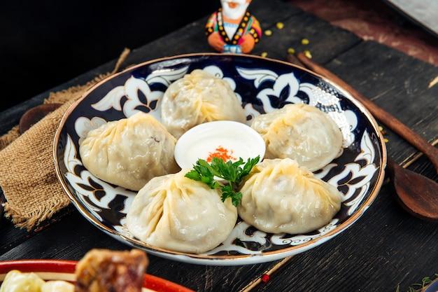 Boulettes d'asie centrale manti sur plaque traditionnelle