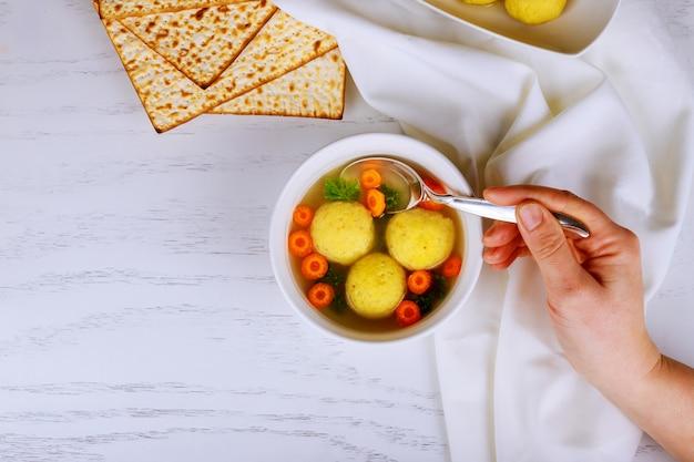 Boulettes de boule de pain azyme faites maison avec du persil pour la pâque
