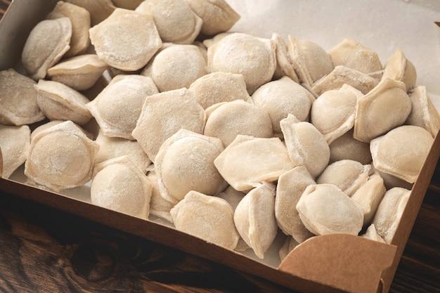 Boulettes congelées dans des emballages kraft, close-up
