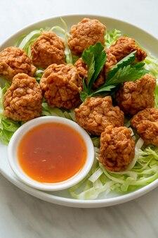 Boulettes de crevettes bouillies avec trempette épicée