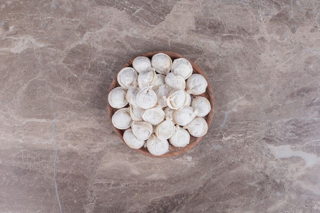 Boulettes crues sur planche de bois.