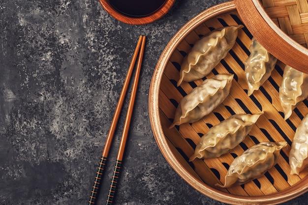 Boulettes fraîches sur une table en pierre sombre.
