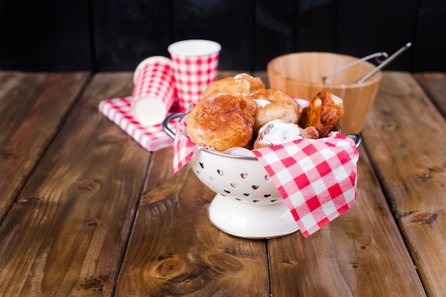 Boulettes frites faites maison avec du sucre en poudre.