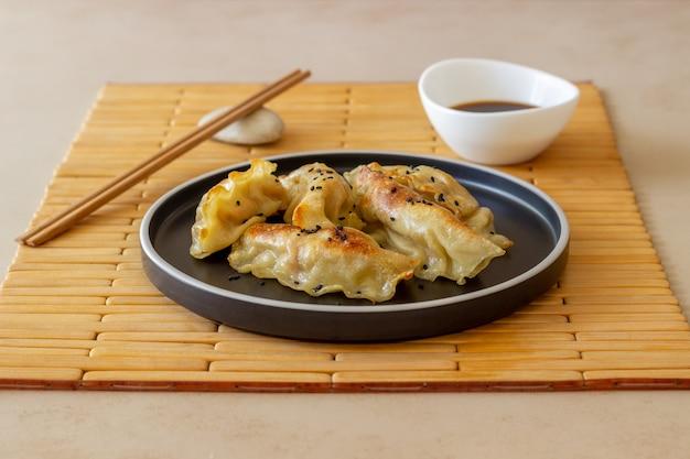 Boulettes frites à la sauce soja. gyoza. alimentation équilibrée. la nourriture végétarienne.