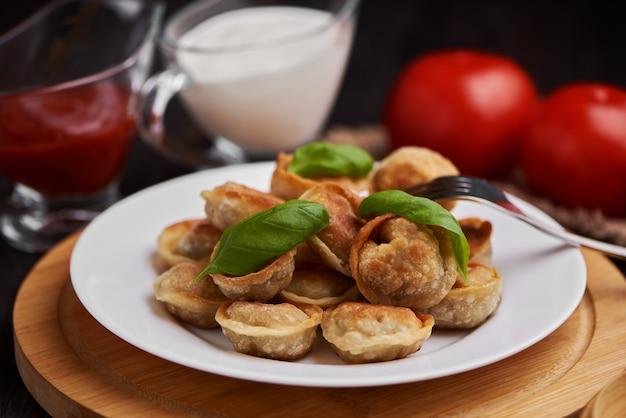 Boulettes frites traditionnelles russes sur une plaque blanche