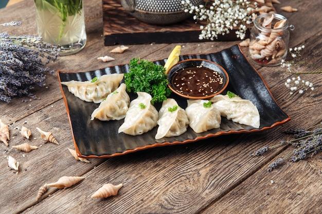 Boulettes japonaises sauce gedza sur la table en bois