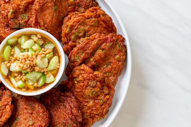Boulettes de pâte de poisson frit ou gâteau de poisson frit - style cuisine asiatique