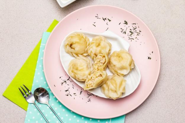 Boulettes de poisson. le concept d'une alimentation saine pour les enfants. couverts enfants, crème sure, sauce soja.