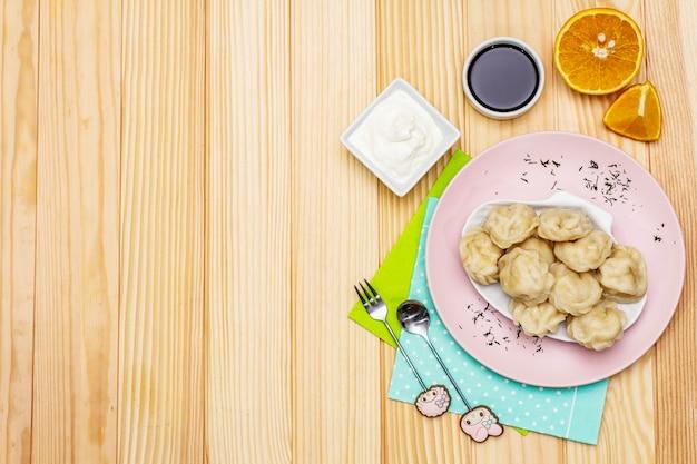 Boulettes de poisson. le concept d'une alimentation saine pour les enfants. crème sure, sauce soja, couverts.