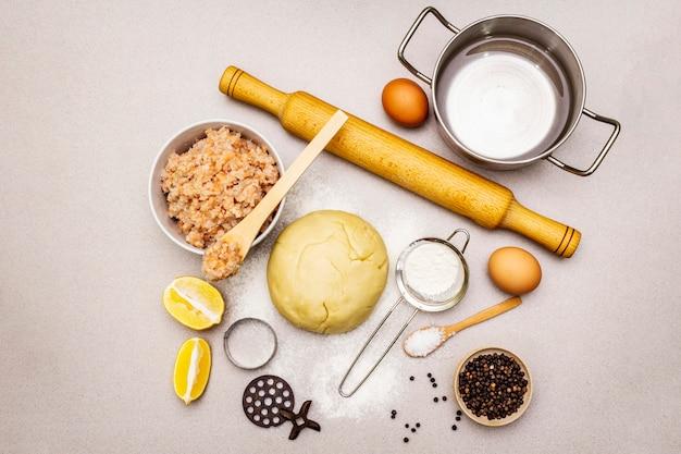 Boulettes de poisson. ingrédients pour la cuisine maison. pâte fraîche, poisson, épices, matériel de cuisine.