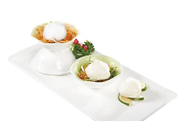 Boulettes de poisson avec joliment présenté sur fond blanc