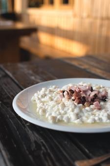 Boulettes de pommes de terre slovaques halusky avec du fromage de brebis
