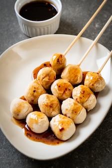 Boulettes de porc grillées avec sauce chili douce