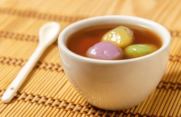 Boulettes de riz gluant de dessert chinois avec le passé de sésame noir (tang yuan)