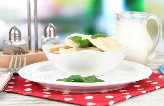 Boulettes savoureuses sur plaque blanche, sur lumineux