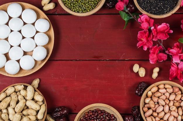 Boulettes sucrées dans un bol sur la table, un paquet de poudre ou rouge et des lingots d'or