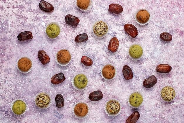 Boulettes de truffes énergétiques crues végétaliennes saines faites maison avec des dates et des noix