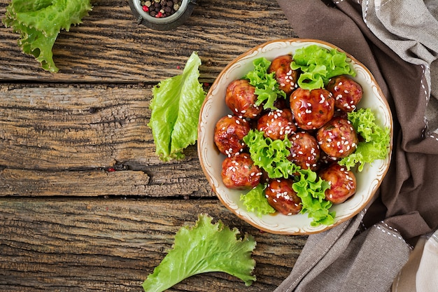 Boulettes de viande au boeuf dans une sauce aigre-douce. nourriture asiatique. vue de dessus. mise à plat
