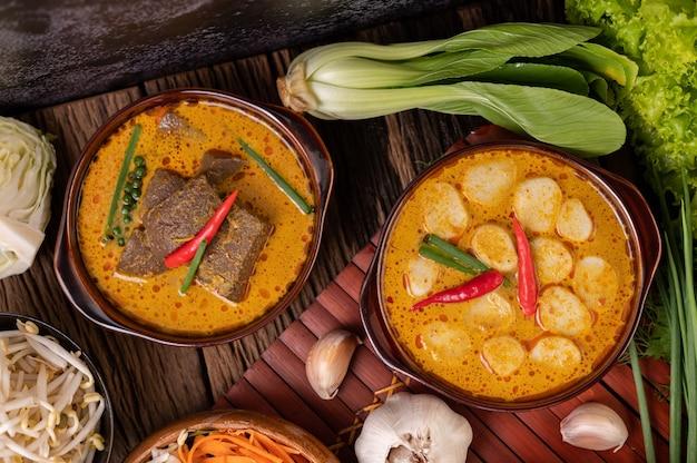 Boulettes de viande au curry rouge avec chili et oignons verts dans un bol
