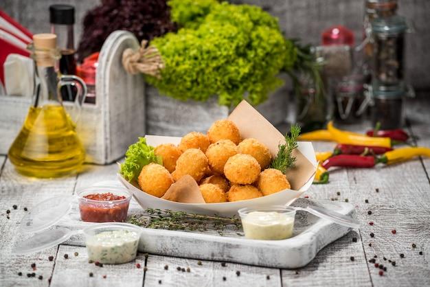 Boulettes de viande sur des bâtons dans une assiette avec des légumes