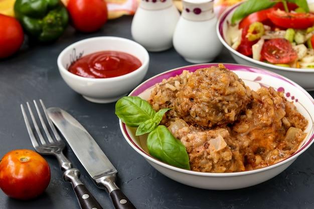 Boulettes de viande à la crème sure et salade de légumes frais dans des bols