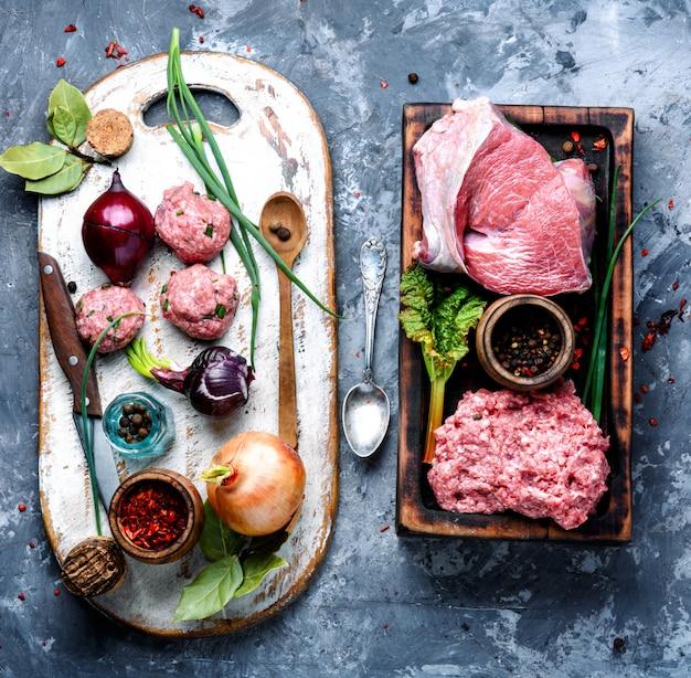Boulettes de viande crues crues