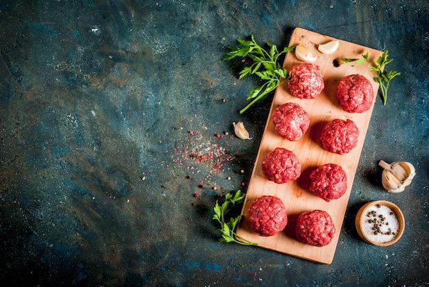 Boulettes de viande crues à l'huile d'olive et aux épices pour cuire