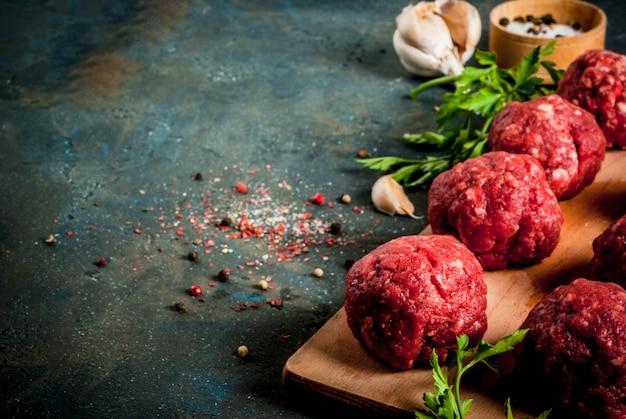Boulettes de viande crues à l'huile d'olive et aux épices pour la cuisson