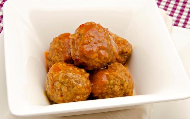 Boulettes de viande dans un bol