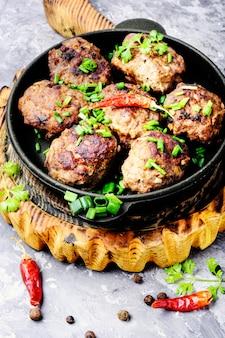 Boulettes de viande délicieuses dans une poêle à frire