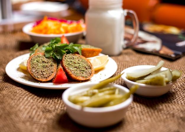 Boulettes de viande farcies à la turque ichli kofte servies avec tomate citron et persil