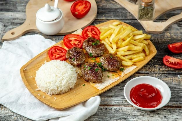 Boulettes de viande frites avec frites de riz vue latérale