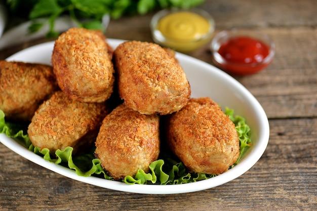 Boulettes de viande frites avec œuf de caille bouilli