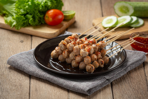 Boulettes de viande grillées garnies de sauce épicée