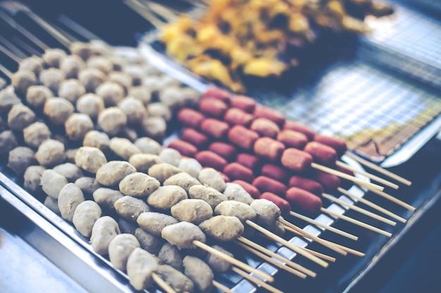 Boulettes de viande grillées sur le grill grillure délicieux apéritif rôti à la thaïlandaise